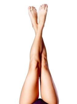 Schöne lange schlanke weibliche beine nach der enthaarung.