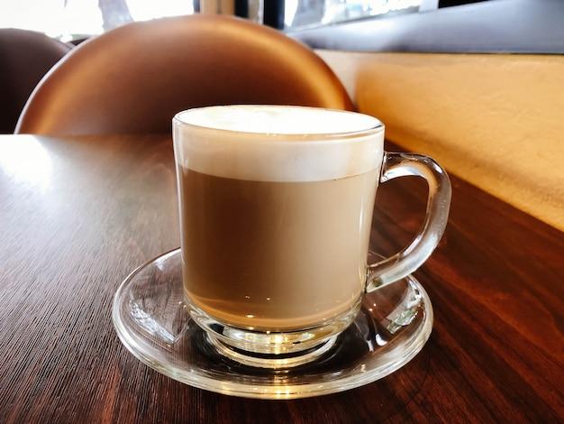 Schöne lattekunst mit dem tasse kaffee heiß