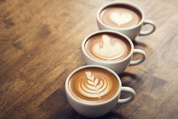 Schöne lattekunstkaffees auf dem tisch