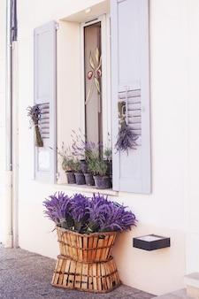 Schöne lavendelblumensträuße stehen in einem korb für verkauf im lokalen markt, valensole, provence, frankreich