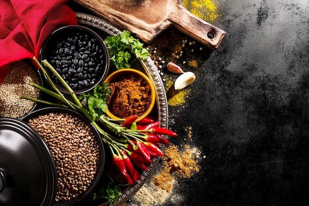 Schöne leckere appetitanregende zutaten gewürze red chilli pfeffer lebensmittelgeschäft zum kochen gesunde küche.