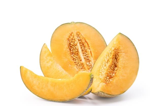 Schöne leckere geschnittene saftige melone, warzenmelone, steinmelone isoliert auf weißem hintergrund, nahaufnahme, schnittpfad, ausgeschnitten.