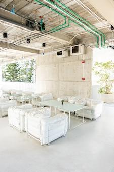 Schöne leere terrasse und stuhl im cafe restaurant