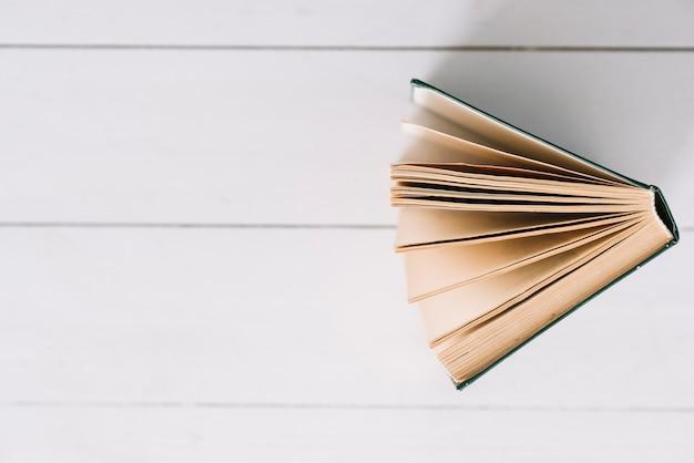Schöne lesekomposition mit einem buch