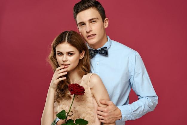 Schöne leute des jungen paares mann und frau zusammen. romantische beziehung zwischen mann und frau