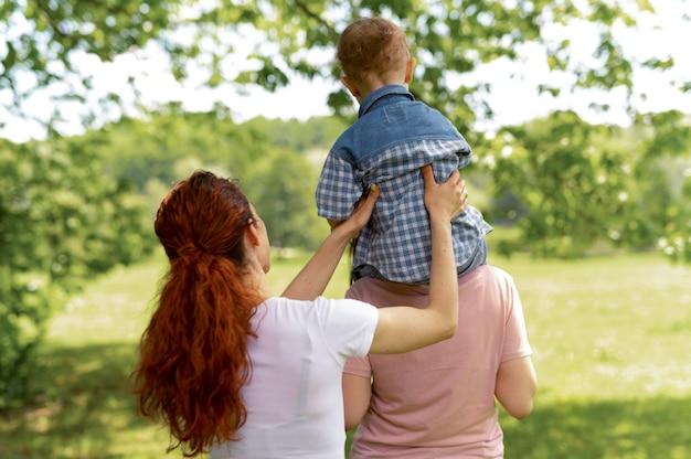 Schöne lgbt-familie im park