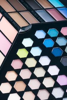 Schöne lidschatten- und lipgloss-kosmetik