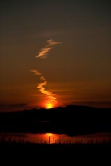 Schöne linie von wolken auf einem sommersonnenuntergang.