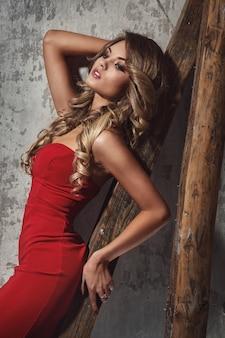 Schöne lockige frau im roten kleid