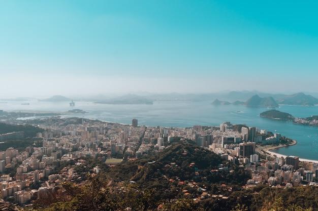 Schöne luftaufnahme der bucht von rio de janeiro unter einem blauen himmelstag