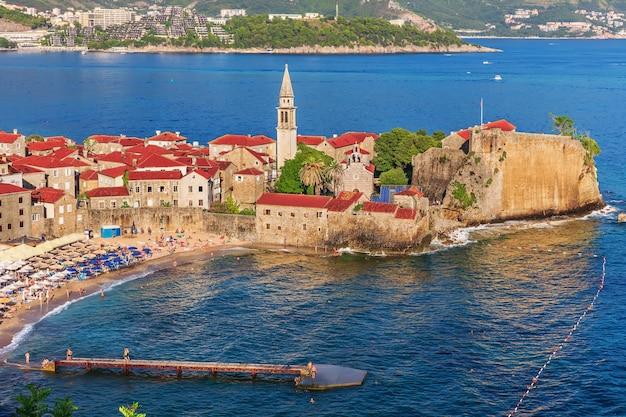Schöne luftaufnahme der budva-altstadt, montenegro.