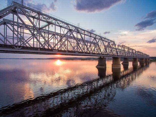 Schöne luftaufnahme der eisenbahnbrücke über der wolga bei sonnenuntergang