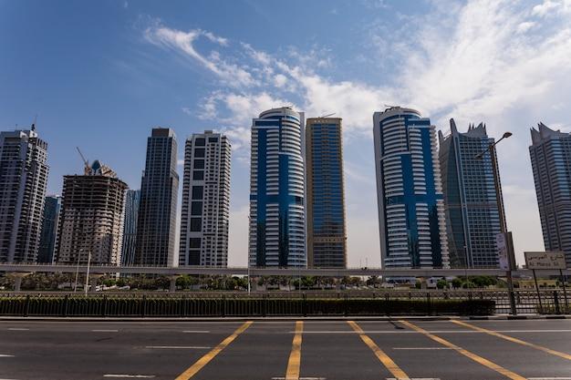 Schöne luftaufnahme der futuristischen stadtlandschaft mit straßen, autos und wolkenkratzern. dubai, vereinigte arabische emirate