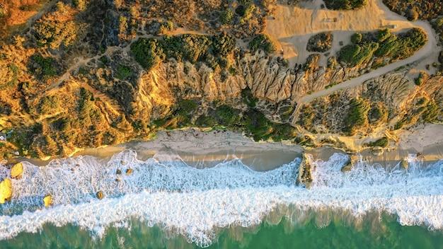 Schöne luftaufnahme der küste des meeres mit erstaunlichen wellen an einem sonnigen tag