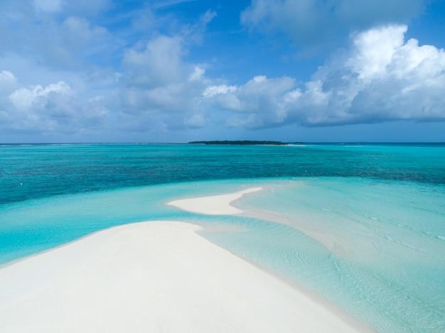 Schöne luftaufnahme der malediven und des tropischen strandes. sommerferienkonzept