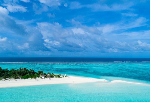 Schöne luftaufnahme der malediven und des tropischen strandes.