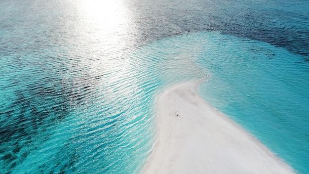 Schöne luftaufnahme der malediven und des tropischen strandes