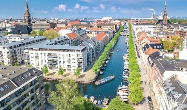 Schöne luftaufnahme der skyline von kopenhagen von oben, nyhavn historischer pierhafen und kanal mit farbigen gebäuden und booten in der altstadt von kopenhagen, dänemark