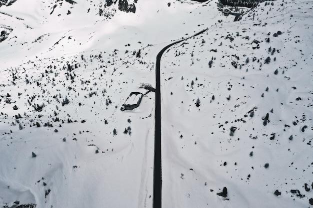 Schöne luftaufnahme eines weißen schneefeldes