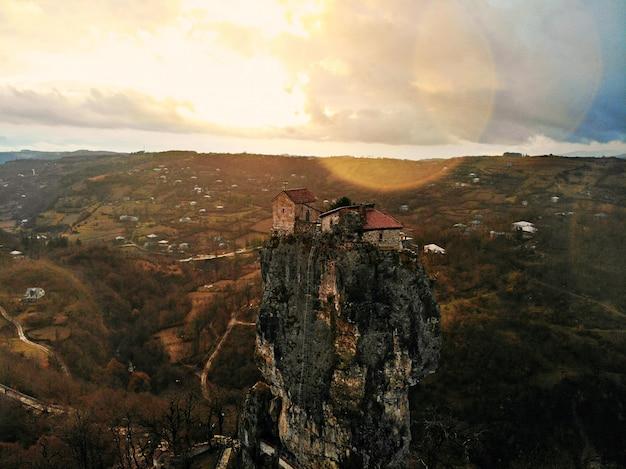 Schöne luftdrohnenfotografie. land georgia von oben. bergkloster und kirche von katskhi, region chiatura. sonnenuntergang luftaufnahme
