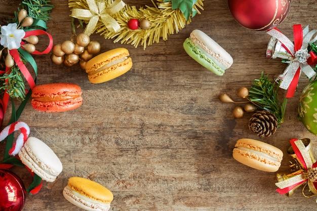 Schöne macarons oder makronen in der draufsicht flach legen mit weihnachtshintergrund