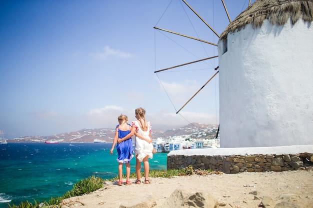 Schöne mädchen genießen griechische ferien auf wenigem venedig