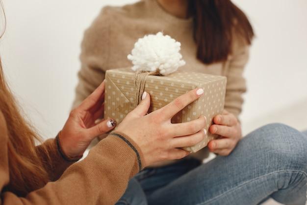 Schöne mädchen haben spaß mit geschenken