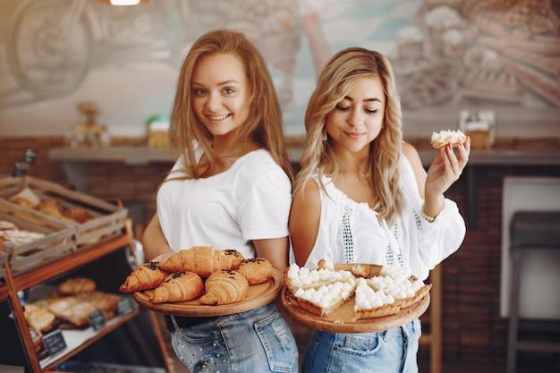 Schöne mädchen kaufen brötchen in der bäckerei