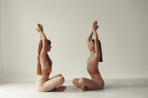Schöne mädchen nimmt an einem yogastudio teil