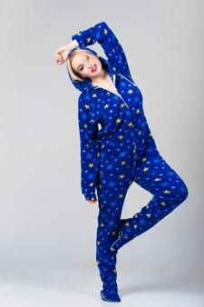 Schöne mädchen tanzen in lustigen pyjamas