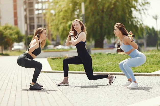 Schöne mädchen trainieren. sportmädchen in einer sportbekleidung. frauen am wasser.