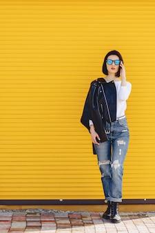 Schöne mädchensonnenbrille auf hellem gelbem hintergrund