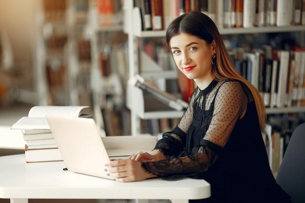 Schöne mädchenstudie an der bibliothek