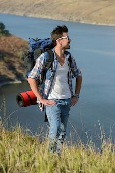 Schöne männer, die draußen wandern und einen gesunden lebensstil führen