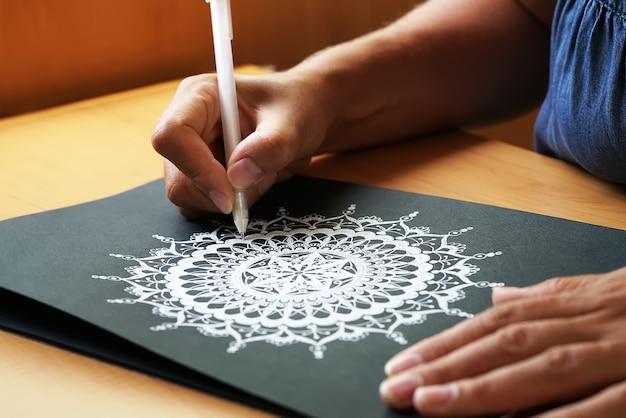 Schöne mandala auf papier gemalt