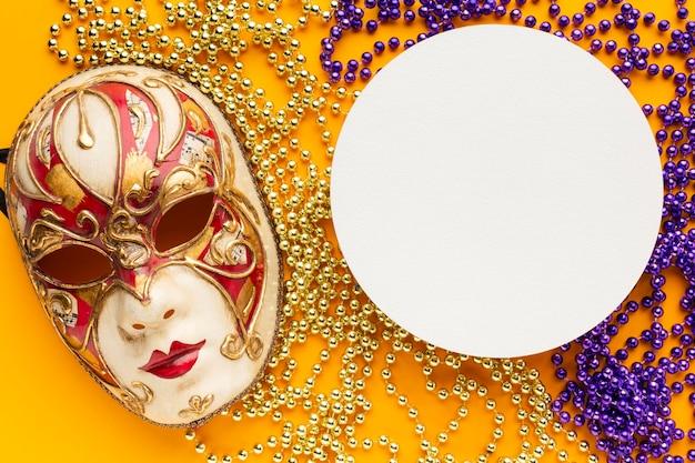 Schöne maske und kreisförmiges kopierraumpapier