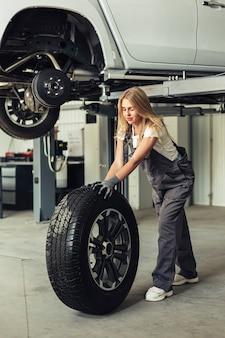 Schöne mechanikerfrau der vorderansicht im shop