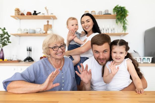 Schöne menschen, die zu hause einen videoanruf mit ihrer familie haben