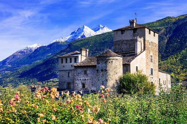 Schöne mittelalterliche burg von valle d'aosta, sarriod de la tour in den italienischen alpen
