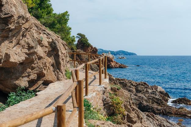 Schöne mittelmeerküste mit türkiswasser nahe blanes, costa brava, katalonien, spanien. sommerlandschaft
