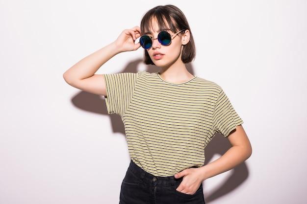 Schöne mode teen mädchen in lässigen hipster isoliert