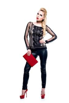 Schöne modeblondine mit hellem make-up. hübsches mädchenmodell mit stilvollen accessoires der roten farbe.