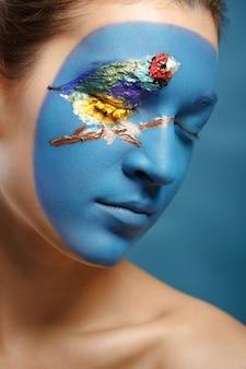 Schöne modefrau mit gesichtskunst in der winterart. strukturelles make-up.