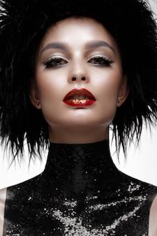 Schöne modefrau mit kreativem make-up und schwarzer perücke