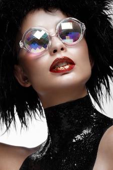 Schöne modefrau mit kreativen make-up-, perücken- und farbgläsern