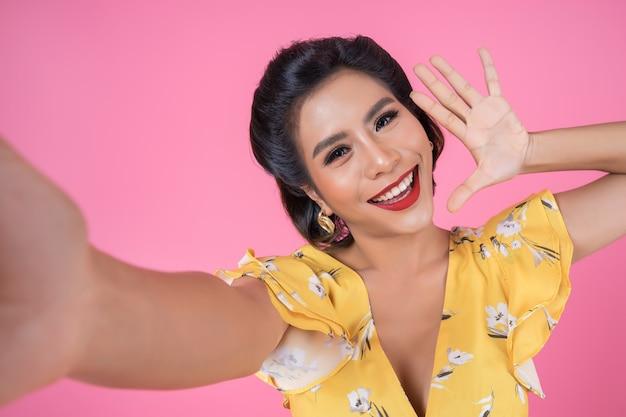 Schöne modefrauen machen ein foto-selfie mit ihrem telefon