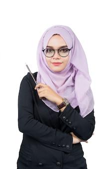 Schöne moderne junge asiatische moslemische geschäftsfrau, die einen bleistift, lokalisiert hält.