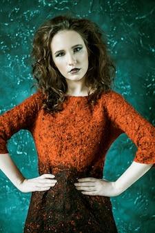 Schöne modische brünette frau im roten kleid
