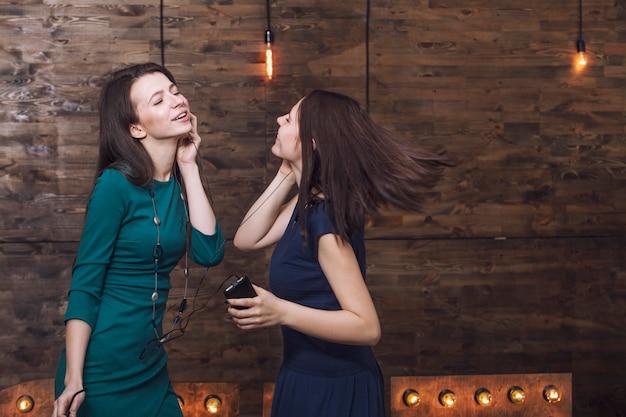 Schöne modische freundinnen überrascht und glücklich