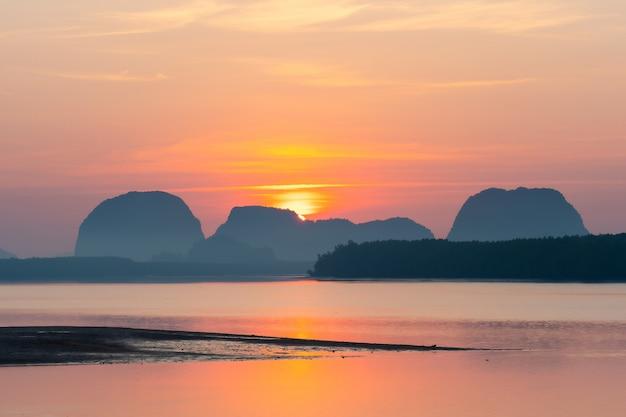 Schöne morgenansicht des fischerdorfes in krabi, thailand